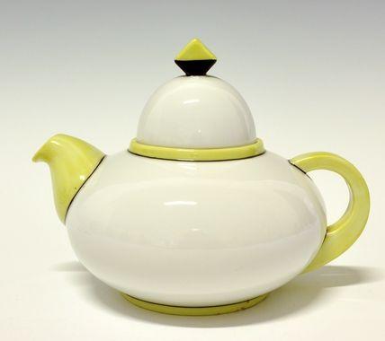 Tea pot by Nora Gulbrandsen for Porsgrund Porselen. Designed in 1929. In production between 1929-1937. Model nr 1865.1. Decor 5139