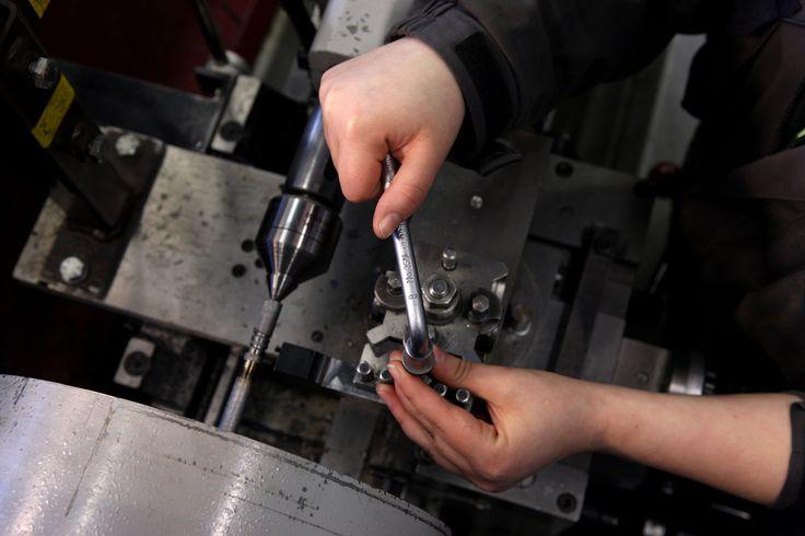 Koneenasentaja on metallialan ammattilainen, joka kokoaa ja asentaa paikalleen koneita ja laitteita. Työn tavoitteena on koneen tai laitteen virheetön toiminta. Koulutukseen sisältyy runsaasti koneiden ja laitteiden käyttötaitoa, sekä taitoa tulkita ja soveltaa piirustuksia.