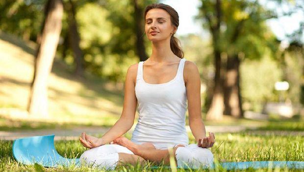 Йоги при ПМС предлагают следующее упражнение, помогающее нормализовать и сбалансировать обмен веществ в организме. Нужно большие пальцы рук как можно плотнее прижать к внутренней стороне ладоней, указательные, средние пальцы и мизинцы рук согнуть