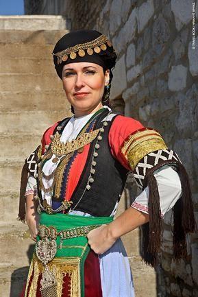 Η «γαλαζωμένη» φορεσιά της Καραγκούνας, σήμα κατατεθέν των Αρχοντοκαραγκούνηδων thessaly central Greece