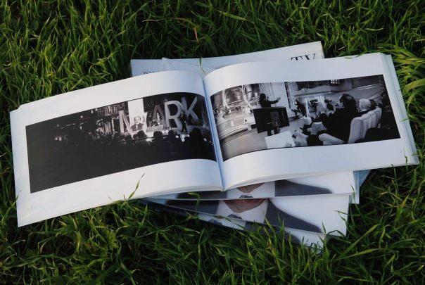 """"""" TV DIETRO LE QUINTE DELLA TELEVISIONE ITALIANA""""    ISBN 978-88-903332-0-0      Gli studi televisivi raccontati con uno scatto fotografico che racchiude in 120 gradi la passione, la poesia e la magia di coloro che quotidianamente danno vita a quell'elettrodomestico dotato di parola che riempie le nostre case. Autori, conduttori, sarte, registi e macchinisti   immortalati durante la messa in onda in un unico fotogramma.    photo sx_Piero Chiambretti.  photo dx_Gerry Scotti.  photo:Ivan…"""