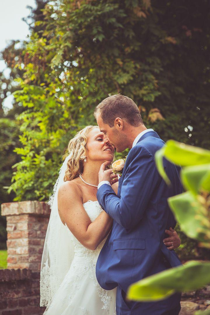 Going for the kiss! Couple posing on their wedding in garden / Opweg naar de kus! Poses bruidspaar op hun bruiloft, in de tuin. Made by me / Gemaakt door mij: www.fotozee.nl Ik ben graag jullie trouwfotograaf! photography trouwfoto's trouwfotografie bruidsfotografie