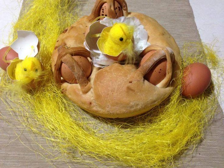 Tipica torta rustica napoletana preparata nel periodo di Pasqua, fatta con pasta di pane, formaggio, strutto, ciccioli, salumi vari e cotta in forno.
