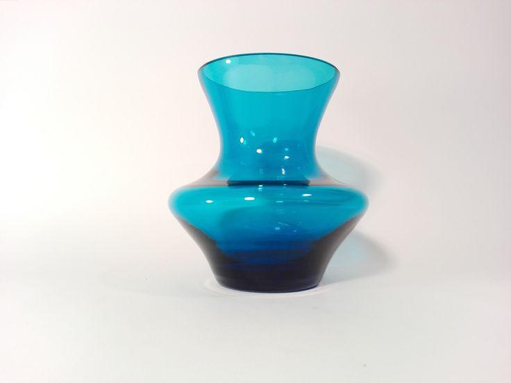 Błękitny, szklany wazonik