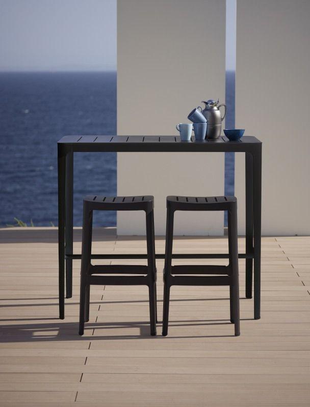 Cut, to nowoczesne meble ogrodowe, zaprojektowane przez Hee Welling & Gudmundur Ludvik, a wykonane przez Cane - Line. Dzięki zastosowaniu aluminium malowanego proszkowo, meble są odporne na korozję i uszkodzenia powłoki lakierniczej. Dostępne są w dwóch wariantach kolorystycznych.