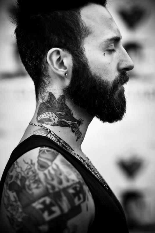 en tatuerad skäggig man som ser så fin ut!