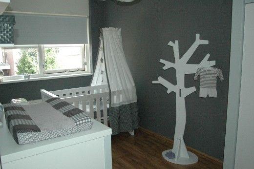 Strak ingerichte babykamer in grijs/wit tinten. Mooie klamboe
