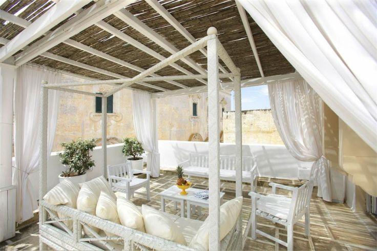 Italien, Gallipoli: Relais Corte Palmieri er et smukt og rustikt hotel i ægte italiensk stil med hvidkalkede vægge og hvælvede lofter.