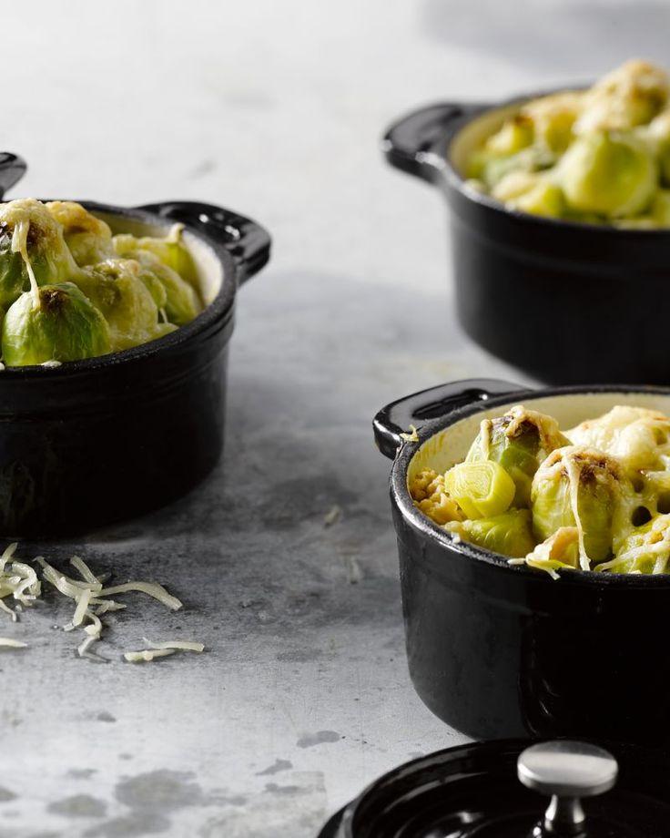 Een heerlijke winterse ovenschotel, deze minigratins van spruitjes, prei en kippengehakt. Je kan het ook in 1 grote ovenschotel klaarmaken.