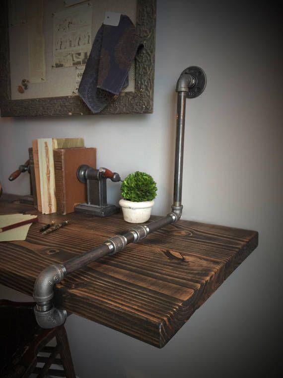 Tuberías de hierro y madera escritorio suspendida pared