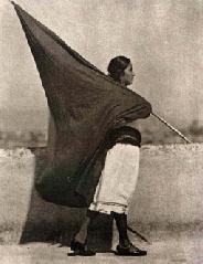 Tina Modotti- mujer con bandera anarquista