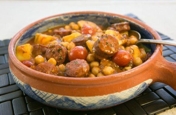 Chorizo-kartoffelgryde med kikærter - nemlig.com