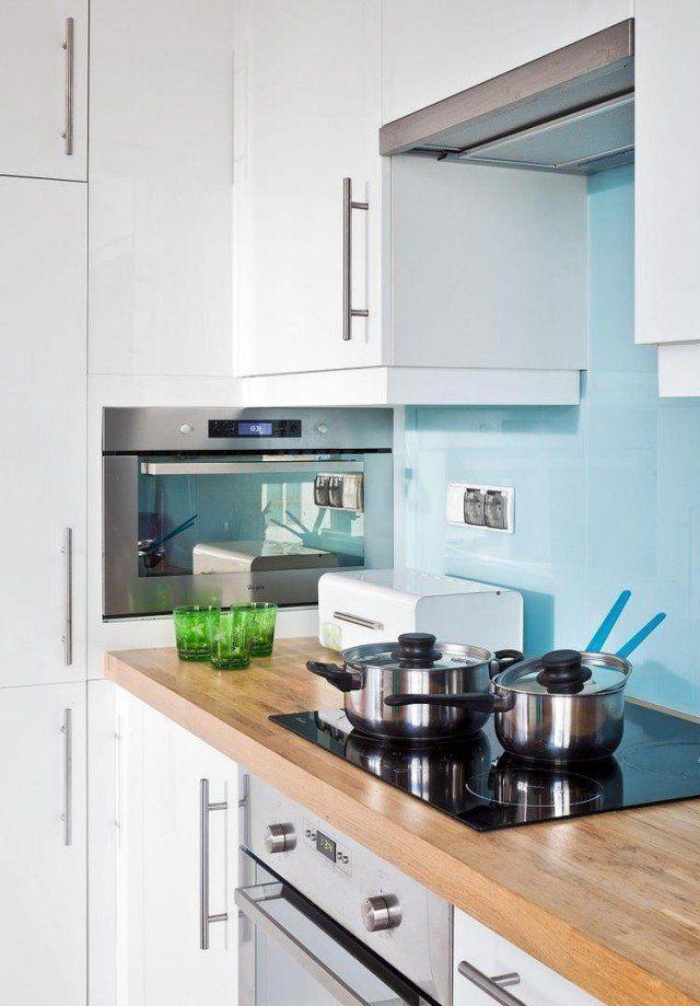 armoires de cuisine blanches et crédence en bleu ciel