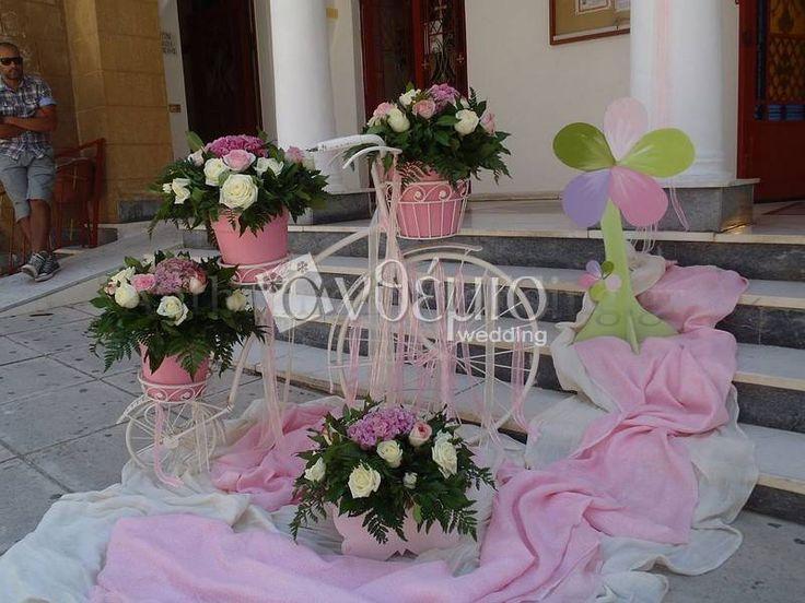 Όμορφες και πολύχρωμες πεταλούδες διακοσμούν την αυλή της εκκλησίας σε ένα ξεχωριστό θεματικό στολισμό βάπτισης με κεντρικό ήρωα την πεταλούδα