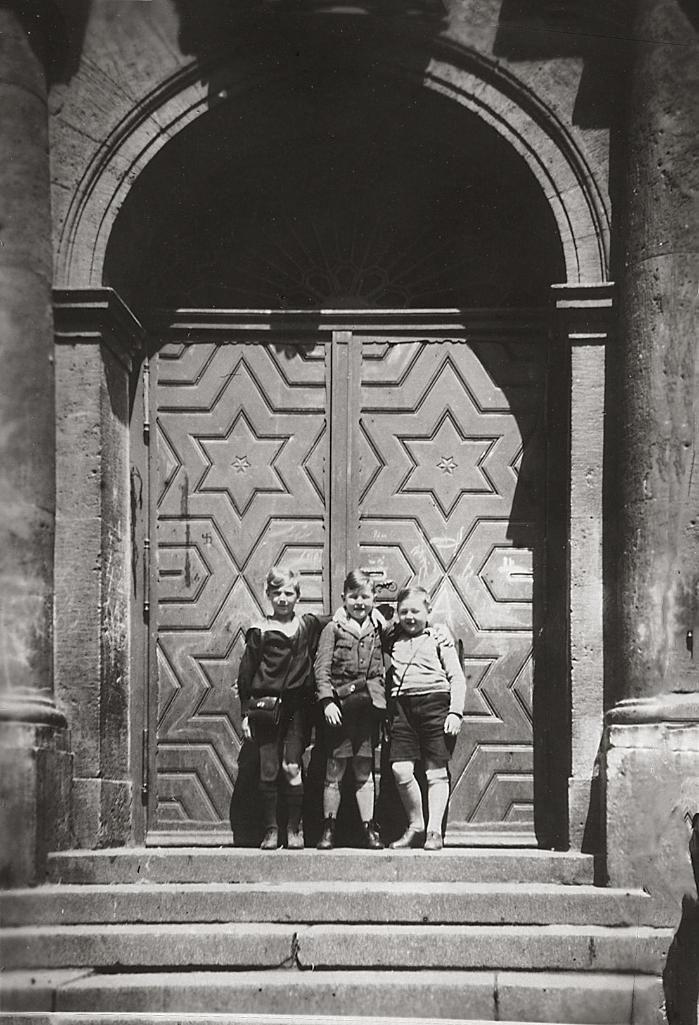 1933 Berlin: Portal Volksschule in der Rigaer Straße, Schüler sorgsam aufgestellt. | V-like-Vintage