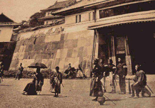江戸城明け渡しに際して、二の丸から本丸に通じる、中ノ渡り門前を警護する官軍兵士(肥後熊本藩士)1871年(明治4年)横山松三郎撮影とされる。