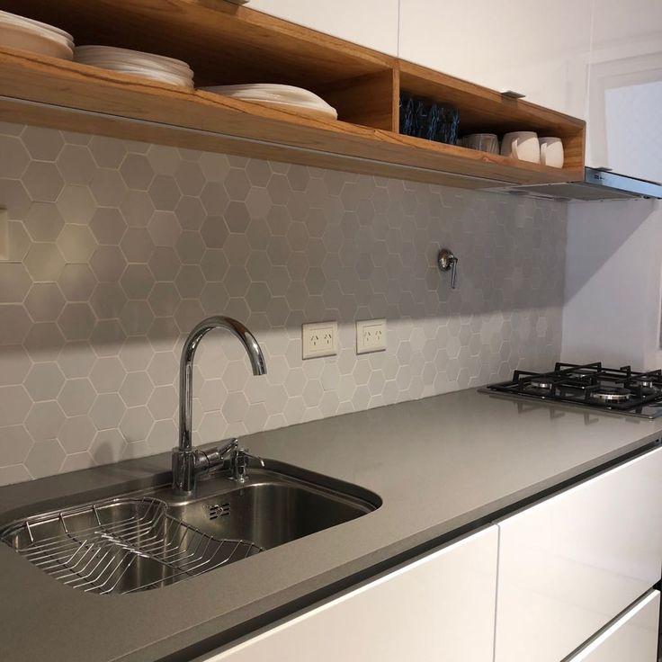 Cocina mendoza! #cocina #kitchen #hexagonos #revestimiento #madera #wood #paraiso #silestone #cocinamoderna #silestonegrisexpo