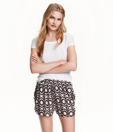 Ett par korta shorts i mjuk viskostrikå med tryckt mönster. Shortsen har resår i midjan.
