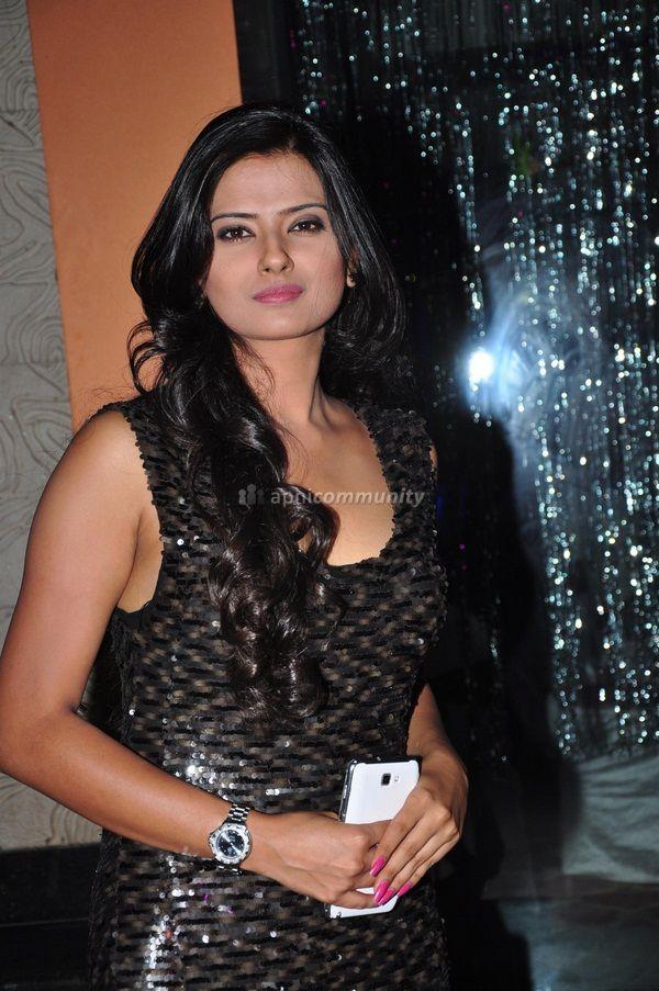 Kratika Sengar Latest Stills | Veethi