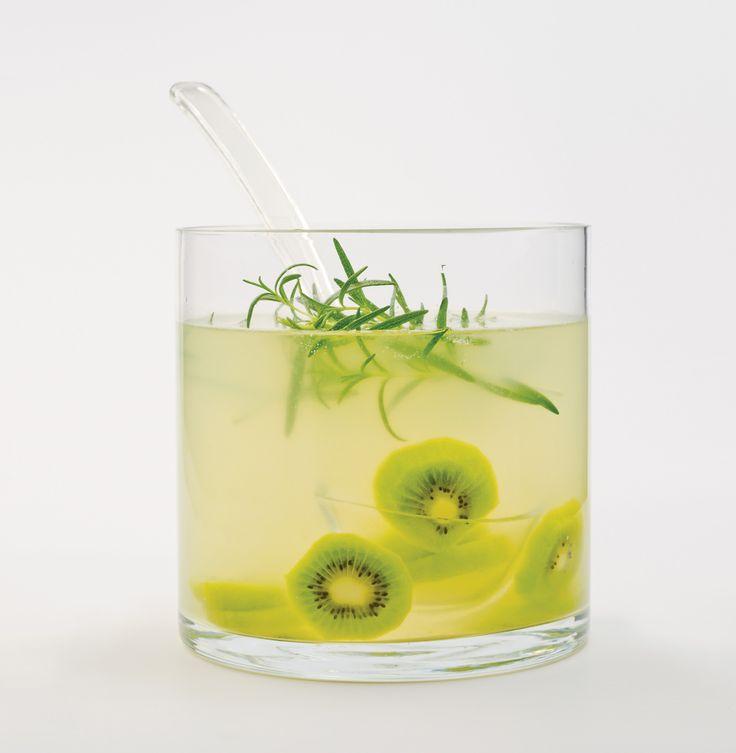 Découvrez notre recette de Limonade au kiwi et au romarin