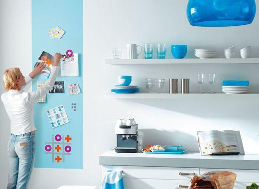 Quadro para lembretes colorido e vertical, feito com tinta magnética sob tinta azul turquesa.