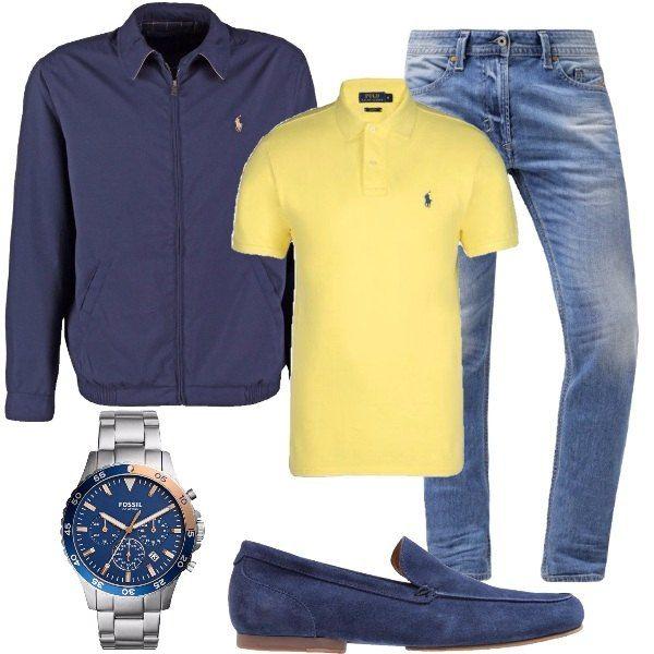 Outfit composto da jeans slim fit, polo in maglia di cotone di colore giallo, giacca leggera blu, mocassini scamosciati in pelle e orologi da polso in acciaio inox.