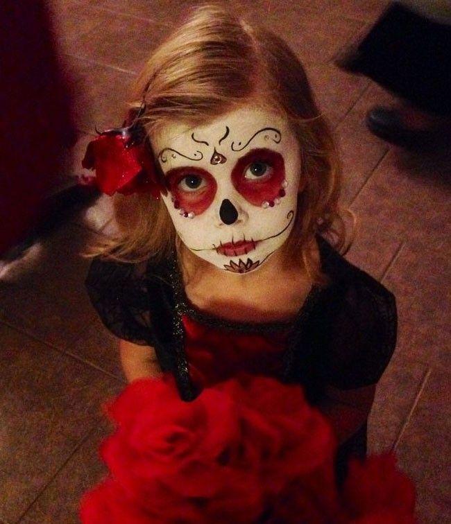 El maquillaje de Catrina para niñas es muy sencillo de hacer, solo debes dejar volar
