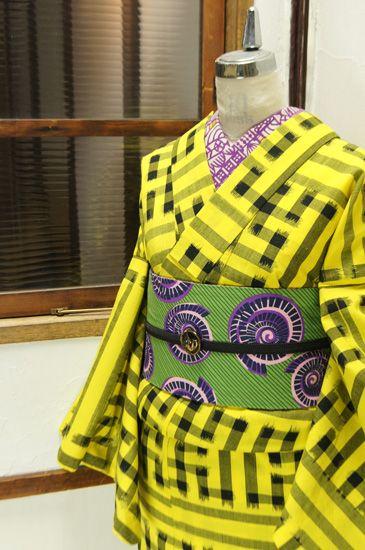 黄色と黒で織り出された大胆な紗綾形文様がモダンなウールの単着物です。