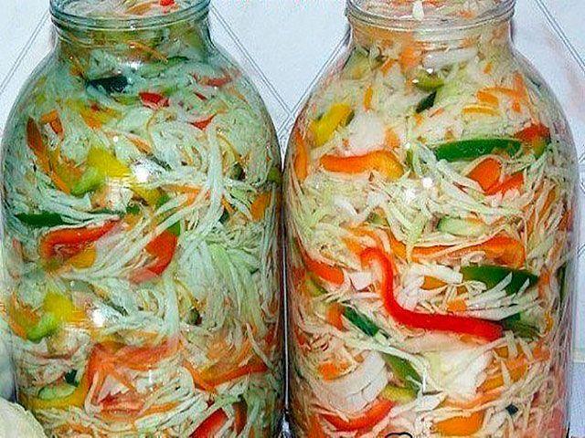 Капустный салат Ингредиенты:  капуста – 2 килограмма; огурцы – килограмм; полтора килограмма свежего перца; два с половиной килограмма свежих томатов; килограмм лука; поваренная соль – 4 полные столо…