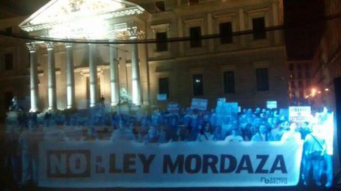 Cidadãos espanhóis realizaram o primeiro protesto com holograma da história. O ato, que faz parte de uma campanha do grupo de ativistas do grupo 'Nos Somos Delito' ('Não somos crime', em português), ocorreu em frente à Câmara dos Deputados da Espanha.