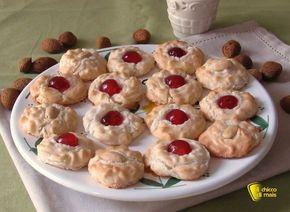 Pasticcini alle mandorle, ricetta siciliana. Come preparare i biscotti alle mandorle siciliani, senza farina, con soli albumi e ciliegiine candite