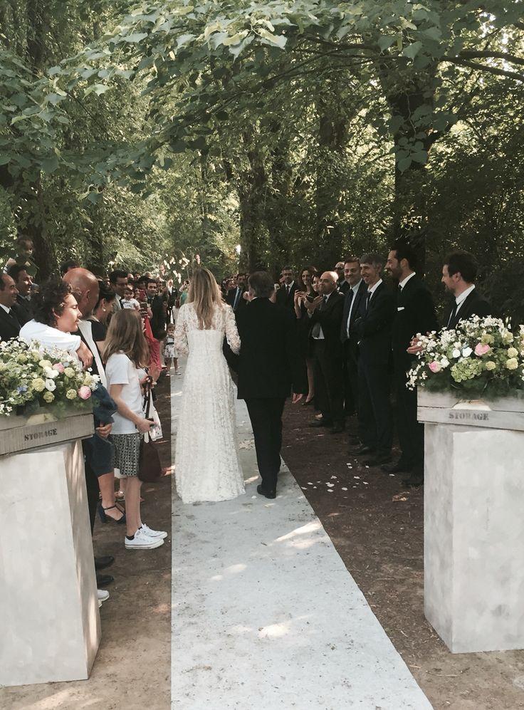 Matrimonio con rito all'americana sotto un viale di tigli Matrimonio in campagna