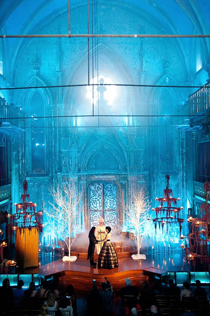 Love this dramatic #gothic #wedding venue decor for exchange of vows.