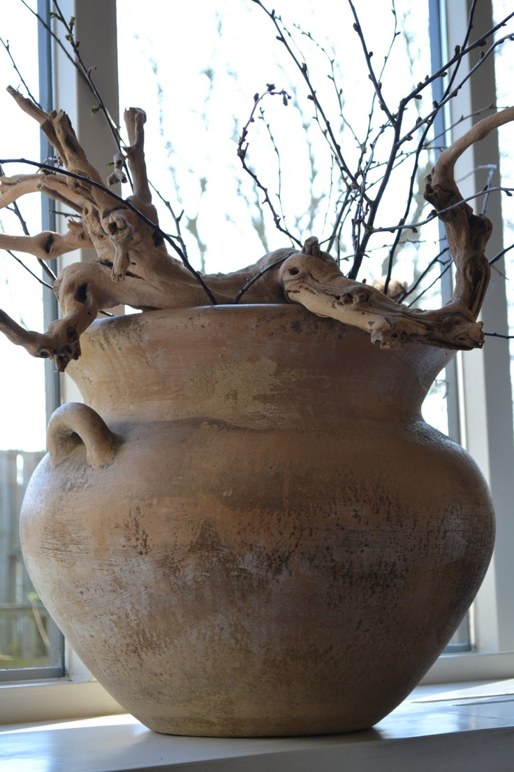stoere pot voor het raam met gezandstraald druivenhout
