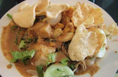 Gado-gado Surabaya is different with gado-gado from other places in Indonesia, especially in Jakarta & West Java which use peanut sauce flavor scratched from cobek.
