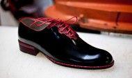 Pantofi eleganți din lac negru și pisica de mare roșie