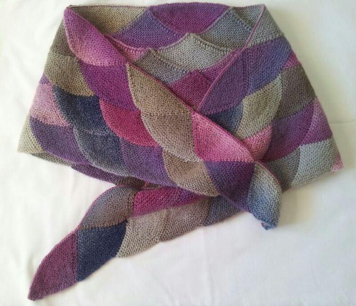 Muchas de vosotras nos comentáis algunas dificultades a la hora de la realización de esta bufanda según las instrucciones, así que ahí va un...
