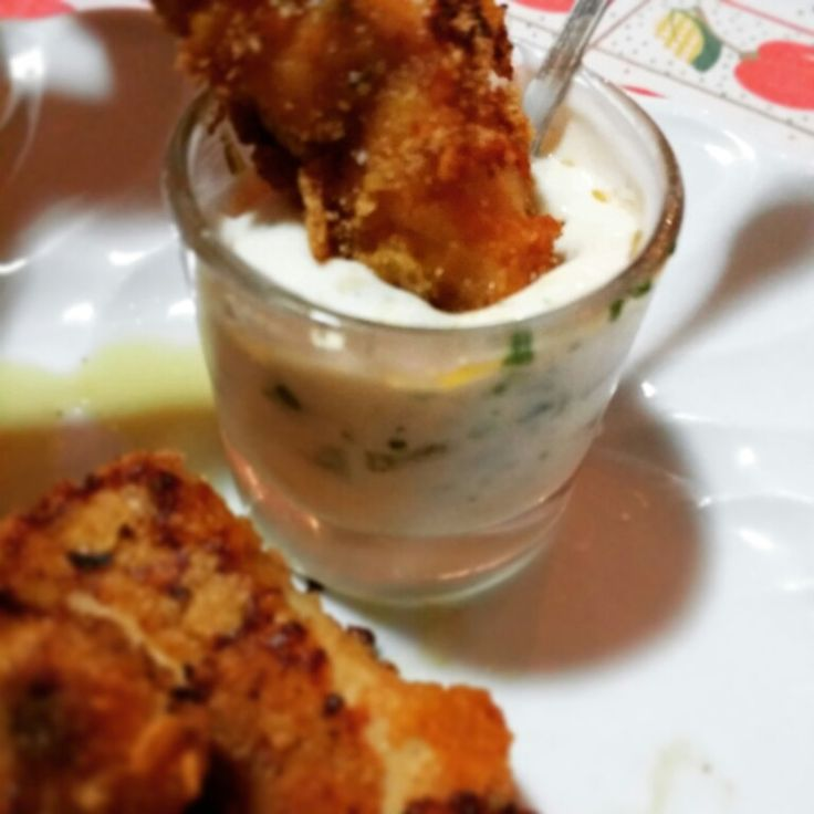 STRISCE DI POLLO MARINATE ALLA SALSA BARBECUE E........ Impossibile tradurre il titolo di questa ricetta, so solo che è buonissima, dei bocconcini di pollo panati con cornflake e accompagnati da una deliziosa salsa. Ricetta vista su Caffè Delie ed ho cercato di tradurre al meglio. INGREDIENTI: *500g di petto di pollo *1 uovo intero *2 cucchiai di salsa barbecue *2 cucchiai di ketchup Hot *2 cucchiai di olio d'oliva *cornflake *pangrattato *2 cucchiai di Mayo *2 cucchiai di yogurt greco…