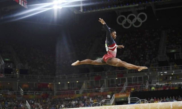 A ginasta americana Simone Biles, se apresenta nas barras de equilíbrio durante a final olímpica. Ganha o Ouro. Simone é destaque nas Olimpíadas Rio 2016