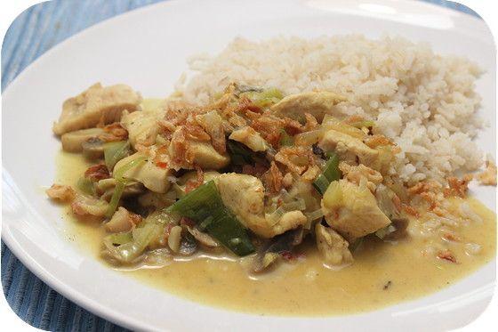 Op dit eetdagboek kookblog : Rijst met Kip Kerrie - Ingrediënten: rijst, 100 gram dobbelsteentjes ontbijtspek, 1 ui, 1 theelepel sambal, 1 theelepel laos, 2 kipfilets, 1 prei, 250 gram champignons, 400 ml ko