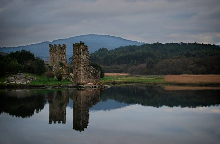 https://flic.kr/p/q5QLgd | Loch Ulla: Of Vikings and Wine. | En efecto, non é un lago senón un rio. Pero mentras estaba a facer esta sesión de fotos a vista lembroume á imaxe típica dos castelos escoceses a carón dun lago, coma o máis que coñecido Eilean Donan.  Non é tan raro tampouco comparar Galicia con Escocia nas súas paisaxes, coas súas obvias particularidades pero aí están as semellanzas. E tamén na Historia, con vikingos e normandos coma pobos con certa importancia, se ben máis aló…