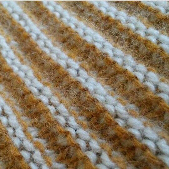 Модифицированная платочная вязка. Каждый ряд вяжется дважды своим цветом