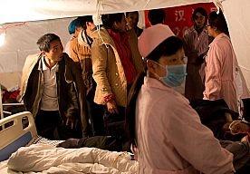 21-Apr-2013 8:51 - DODENTAL AARDBEVING CHINA BOVEN DE 200. Bij de grote aardbeving in het zuidwesten van China zijn nu 203 doden geborgen. Bijna 11.500 mensen raakten gewond. Reddingswerkers hebben grote moeite in het getroffen gebied te komen.