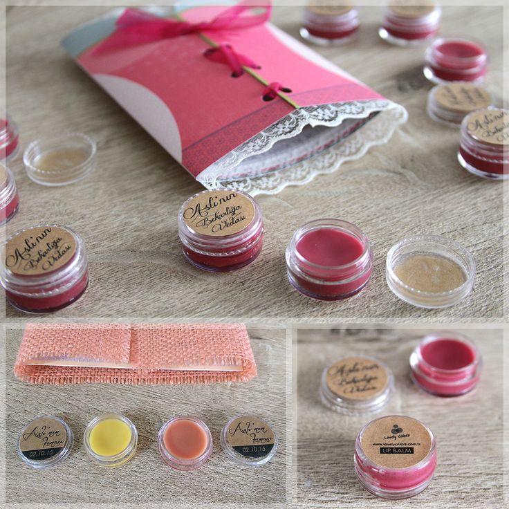 Lovely Colors // Lip Balm, Bekarlığa Veda hediyesi veya Kına hediyesi olarak verebileceğiniz modern Lip Balm'lara ne dersiniz? Tamamen organik malzemeler kullanarak hazırladığımız Lip Balm'larımızın farklı renk seçenekleri mevcuttur. Girls Night Out (bekarlığa veda&kına davetiyesi) ile uyumlu koyu pembe, açık pembe ve doğal balmumu rengi. bilgi & sipariş için: iletisim@lovely-colors.com Organic Lip Balm as a wedding giveaway.