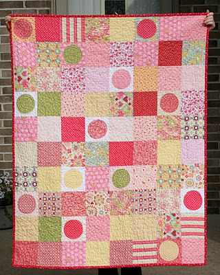 Simple patchwork pattern with a few random circles thrown in. Baby quilt.: Patchwork Patterns, Girls Quilts, Baby Quilts, Mom Quilts, Circles Quilts, Crazy Mom, Baby Girls, Quilts Ideas, Madilynn Quilts