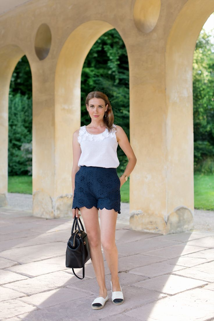 Outfit: 'Navy Blue Shorts & White Floral Top' | Mood For Style - Fashion, Food, Beauty & Lifestyleblog