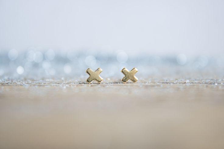 NUEVA COLECCIÓN Chapado en Oro 18kt Pequeños pendientes geométricos en forma de X. Miden 4 mm, son de latón y están soldados, pulidos y chapados en...