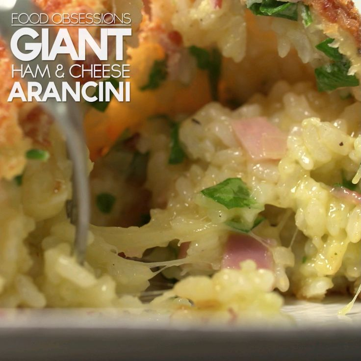 Des arancinis géants au fromage et jambon. (Giant Ham & Cheese Arancini) (http://www.geniuskitchen.com/amp/recipe/ham-and-cheese-arancini-italian-fried-rice-balls-464540)