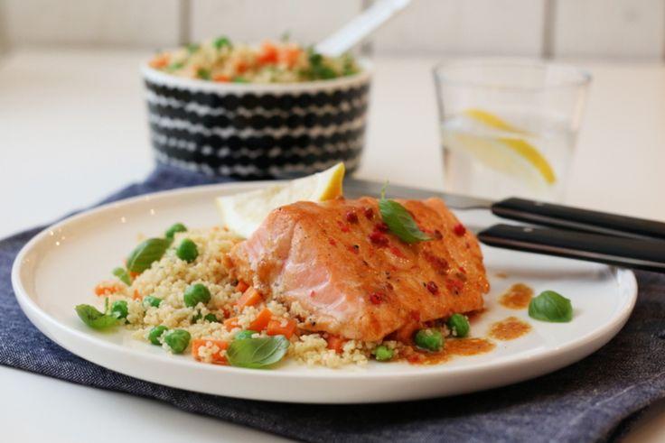 Vi spiser ofte couscoussalater hjemme hos oss, gjerne som tilbehør til fiske- eller kyllingretter. Det er kjapt å lage, metter godt i magen og kan varieres i det uendelige. I dag har couscoussalaten fått selskap av deilig sitrusmarinert laks som har blitt bakt i ovnen. Kjapp og lettlaget mat med mange gode smaker.