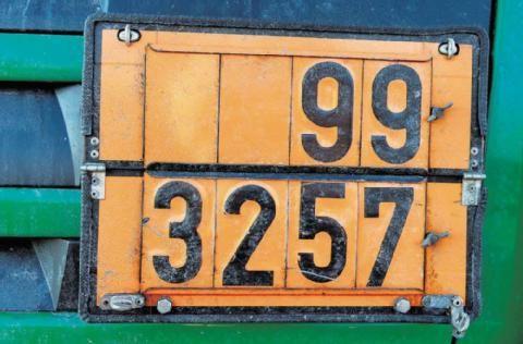 UN 3257 LÍQUIDO A TEMPERATURA ELEVADA, N.E.P., a una temperatura igual o superior a 100°C e inferior a su punto de inflamación (incluidos los metales fundidos, las sales fundidas, etc.), cargado a una temperatura igual o inferior a 190 °C 9 III (D)  Los accidentes que involucran materiales peligrosos por lo general significa más gasto y mayores costos.  http://www.mz-web.de/merseburg-querfurt/teure-feuerwehreinsaetze-kostenfalle-gefahrgut,20641044,33555306.html